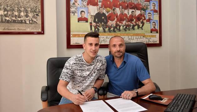 Álex Berenguer, tras firmar el nuevo contrato.