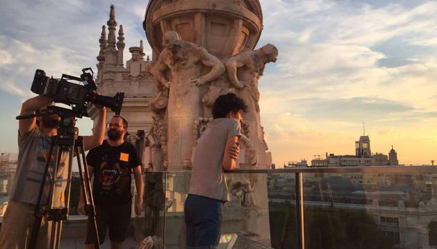 Imagen de Fernando González Molina, en el medio, en el final del rodaje de 'The best day of my life', en la azotea del Ayuntamiento de Madrid.