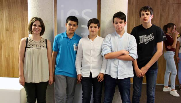 Foto de Sabela Vázquez, junto a los alumnos Frederick Nuin, Sergio del Castillo, Luis Miguel Oliete y Alberto Navarro.
