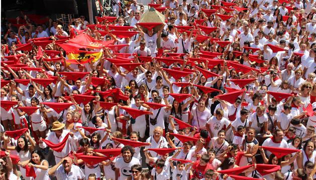 Cientos de vianeses celebraron ayer en la plaza de Los Fueros, con el pañuelo en alto, el inicio de las fiestas que Viana rinde a su patrona, la Magdalena.