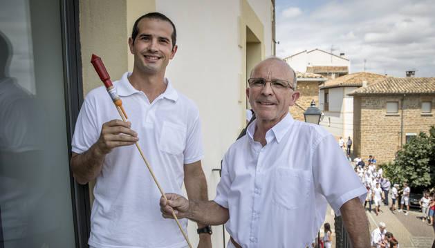 Foto de Víctor Guillén (izda.) y José Maya lanzaron el cohete.