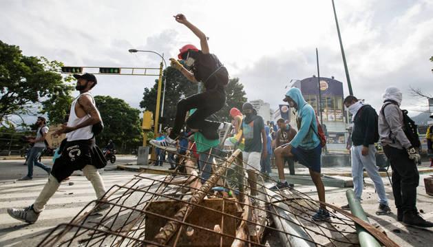 Resultado de imagen de Dos muertos en la segunda huelga general contra las elecciones a la Asamblea Constituyente