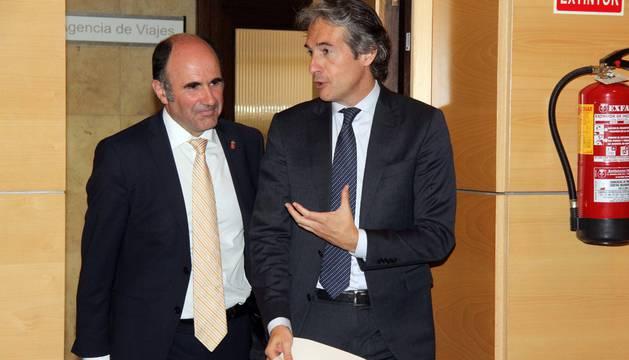 El ministro Íñigo de la Serna y el vicepresidente foral Manu Ayerdi, tras su reunión de mayo en Madrid, cuando Fomento entregó su propuesta de convenio para el TAV.