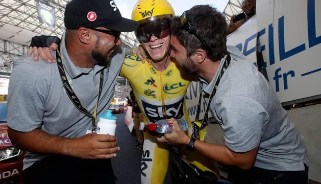 Chris Froome celebra su triunfo virtual en la general del Tour.