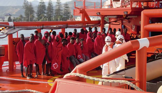 Imagen de los subsaharianos restacatados de una patera, en el puerto de Motril (Granada).