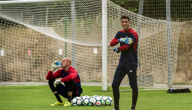 Nauzet se refresca en el entrenamiento de ayer, junto a Herrera.