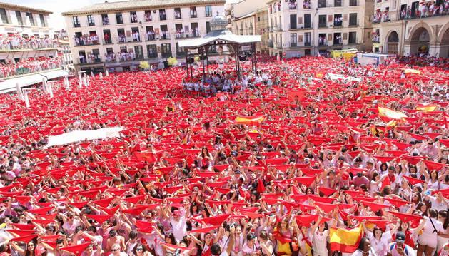 Cientos de tudelanos esperan, pañuelo rojo en alto, el estallido del cohete de las fiestas de Santa Ana 2017.