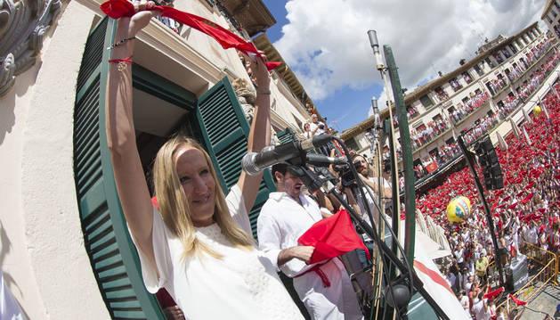 Imagen de Estela Navascués, instantes antes de lanzar el cohete de fiestas de Tudela.