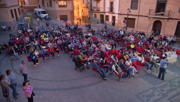 Foto de la plaza de los Fueros de Funes acogió el lunes el estreno del vídeo sobre las obras en el Arga.