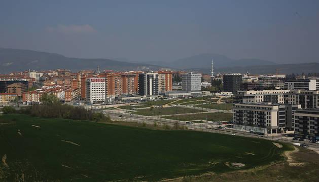 Foto en primer plano del nuevo desarrollo pamplonés de Lezkairu, con Santa María la Real y el Ensanche detrás.