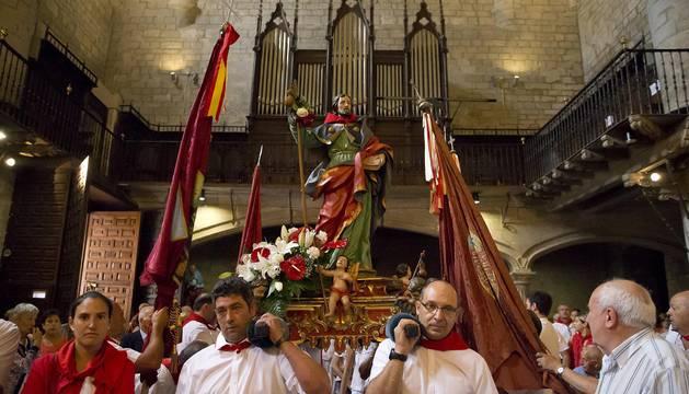 Procesión en honor a Santiago durante las fiestas de Puente la Reina