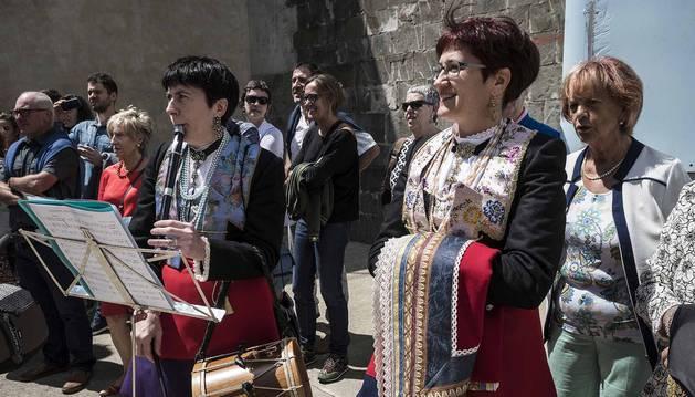 Danzas propias del valle, decenas de personas vistiendo coloristas trajes roncaleses, el baile de la bandera del pueblo...