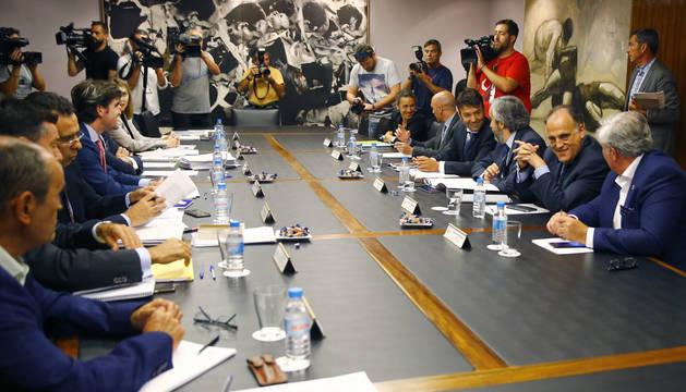 El presidente de LaLiga, Javier Tebas, segundo por la derecha, durante la reunión de la comisión directiva del Consejo Superior de Deportes, hoy en Madrid.