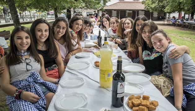 Imágenes de la comida joven y la fiesta en la pisicina en Elizondo