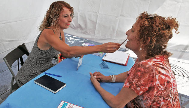 Una prueba de saliva detecta los anticuerpos del virus.