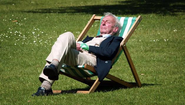 Una persona descansa al sol.