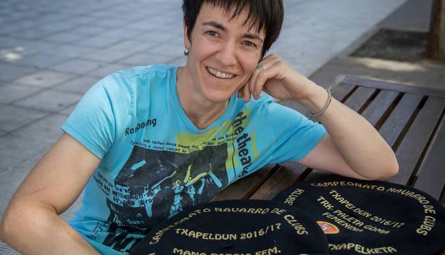 La pelotari de Oberena Maite Ruiz de Larramendi muestra las cuatro txapelas conseguidas.