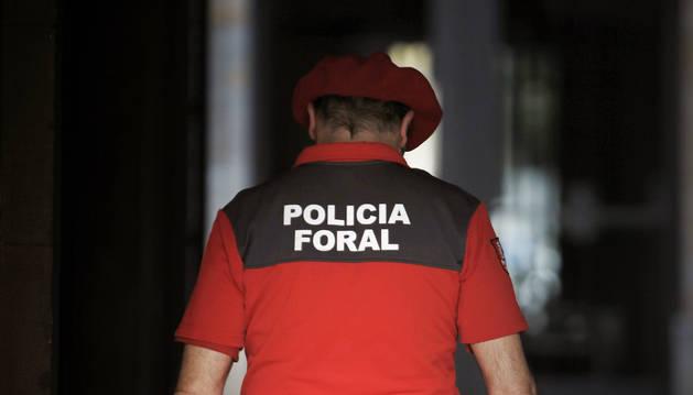 Un agente de la Policía Foral, dentro del Palacio de Navarra.