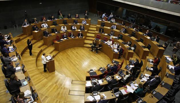 La presidenta Uxue Barkos interviene en el pleno del Parlamento, durante el último debate sobre el estado de Navarra.