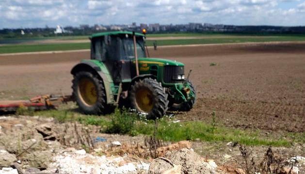 Un tractor, en un campo ruso.