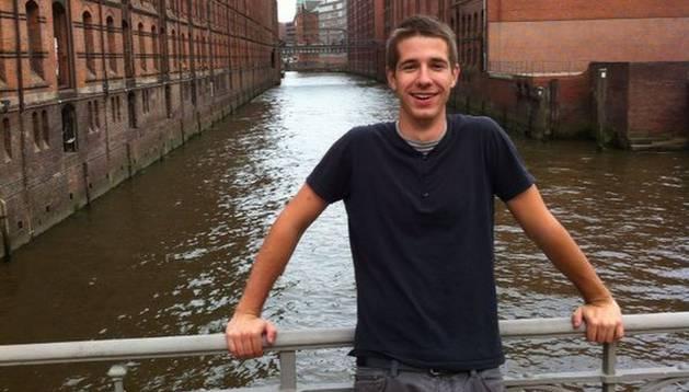 El agoizko Daniel Barcos Beortegui posa junto a la antigua Ciudad Almacén de Hamburgo a orillas del río Elba.