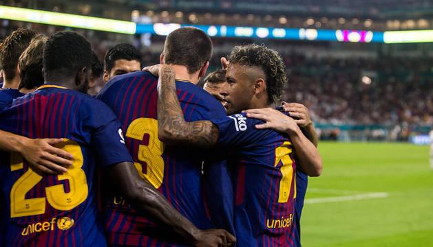 Neymar y sus compañeros celebran uno de los goles.