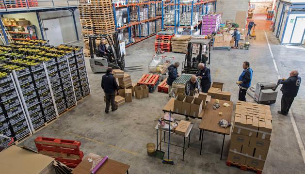 Imagen de voluntarios trabajando en las naves que el Banco de Alimentos tiene en el polígono Plazaola, en Berrioplano, a donde se trasladaron el año pasado.