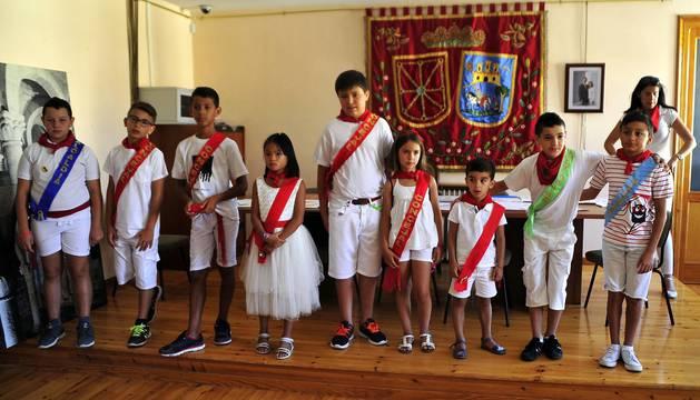 El día de los más jóvenes en las fiestas de San Martín de Unx. Lanzamiento del cohete de la corporación txiki y homenaje a los nacidos de este año y ofrenda floral a la virgen.