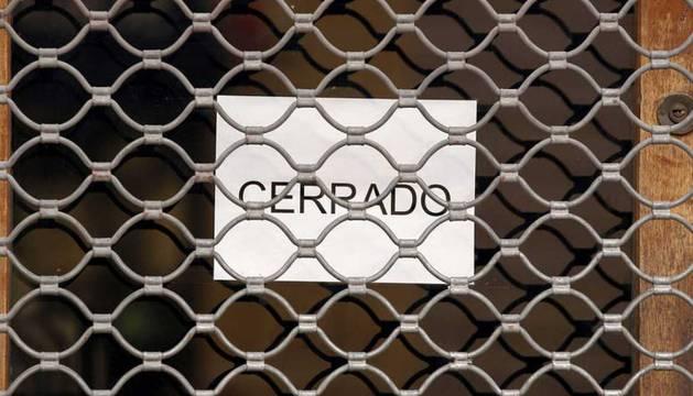 Foto de un comercio cerrado en Pamplona.