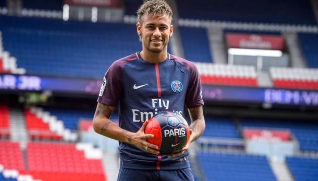 Neymar Jr. durante su presentación como nuevo futbolista del PSG