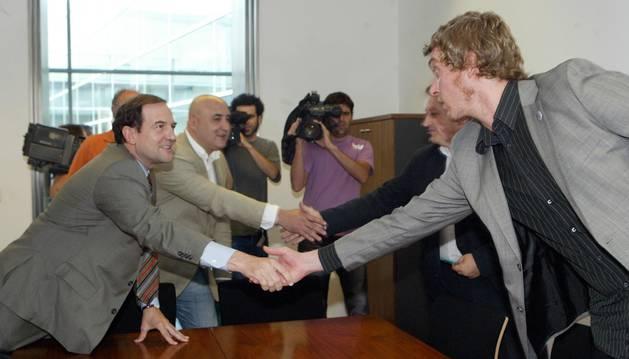 En el ecuador de junio de 2007, el entonces candidato Fernando Puras y su asesor, Alfonso Arroyo, dan la mano a los miembros de NaBai hoy en Bildu, Patxi Zabaleta y Maiorga Ramírez, antes de una de sus reuniones