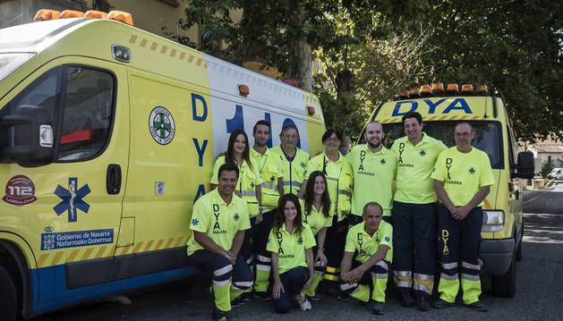 Parte del equipo que estuvo de servicio la madrugada del domingo posa junto a una de las ambulancias y el vehículo de rescate.