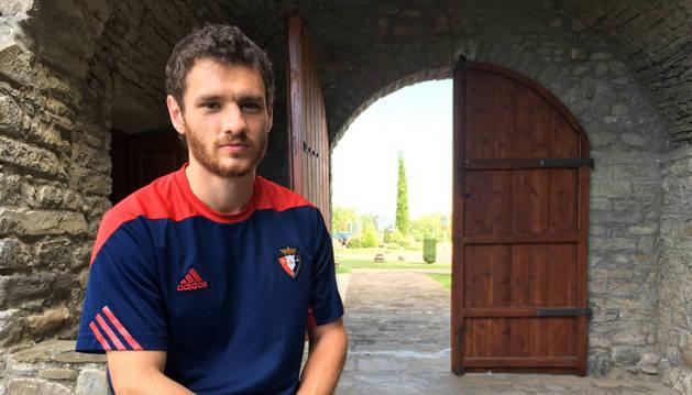 Imagen de Joaquín Arzura en una de las puertas de acceso al hotel Monasterio de Boltaña, desde donde concedió esta entrevista el pasado jueves.