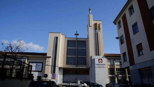 Imagen de la fachada de la iglesia de los Salesianos en la calle Aralar. En este punto de la parcela no irán viviendas, sino que se creará una nueva calle, prolongación de Teobaldos.