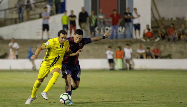 Miguel de las Cuevas pelea un balón en Almudévar.
