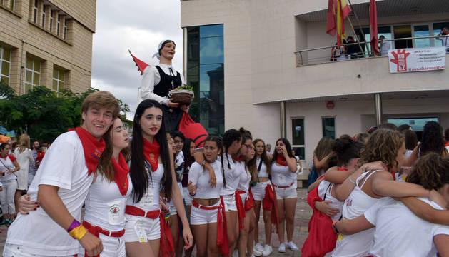 Tras el cohete, jóvenes y adultos comenzaron a dar vueltas a la plaza de Los Fueros acompañados de los gigantes y la charanga.