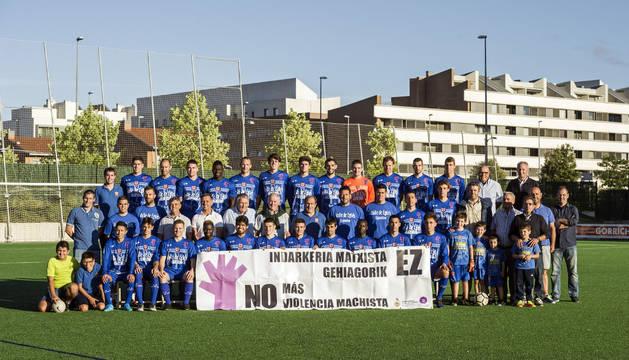 La plantilla del Valle de Egüés de Tercera División posó junto a directivos y algunos aficionados en la presentación oficial ayer. Portaron un cartel contra las agresiones machistas.
