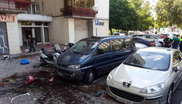 Varios coches resultaron dañados por el impacto de las macetas.