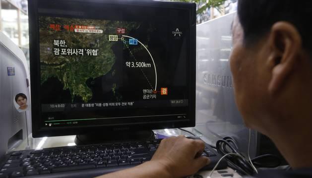 Un hombre observa en la pantalla de un ordenador la transmisión de las noticias sobre el plan de Corea del Norte.