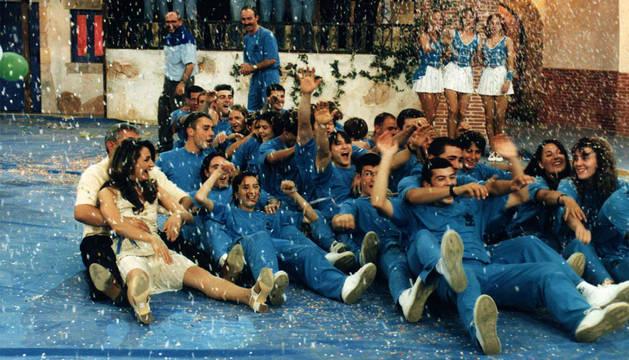CELEBRACIÓN. El equipo de Murchante, con la alcaldesa, Natalia Bartos, a la izquierda, hizo la 'trainera' para celebrar su triunfo en el programa Grand Prix.