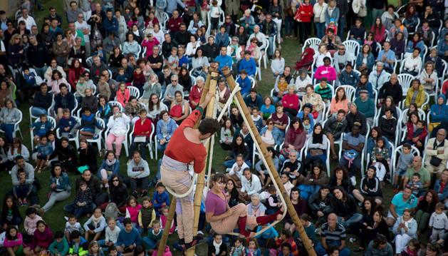 Imagen de Arce López Guitiérrez y Maëlys Rousseau, de Circ Bover, bailando sobre el soporte de bambú creado para Vincles, el espectáculo de estreno en Pamplona, en el lienzo de la muralla de la Ciudadela.