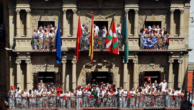 Imagen de la ikurriña, colocada en uno de los mástiles, junto a las banderas oficiales, en el balcón del Ayuntamiento de Pamplona, el 6 de julio de 2015.