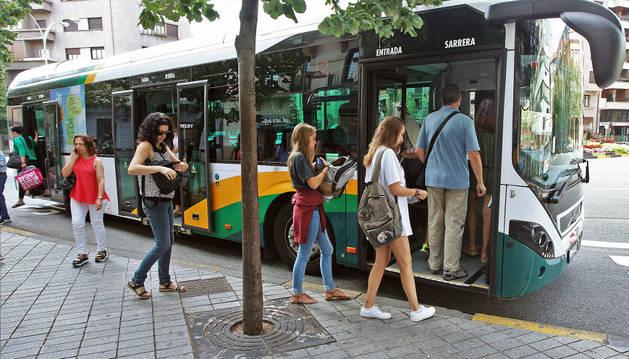 Imagen de usuarias del transporte urbano comarcal, el miércoles, en la plaza Merindades de Pamplona.