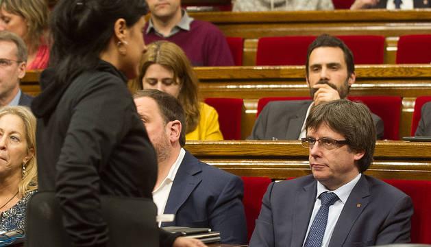 Puigdemont mira a Anna Gabriel, el pasado diciembre en el debate de los presupuestos catalanes