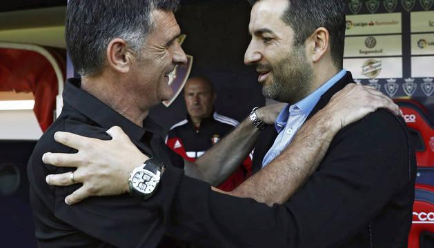José Luis Mendilibar y Diego Martínez se saludan antes del inicio del partido.
