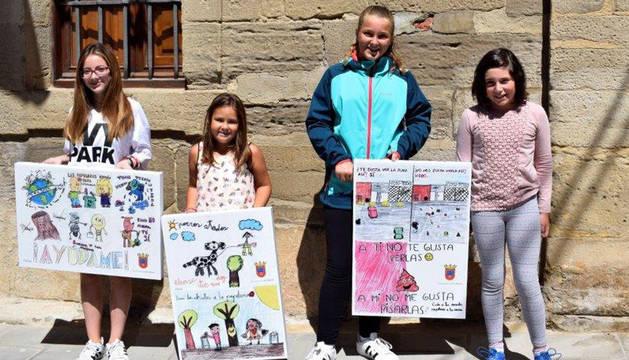 Las ganadoras del concurso con las imágenes que se colocaron ayer en  Los Arcos.