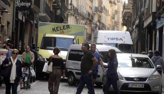 Imágenes de los problemas que genera la carga y descarga en el Casco Viejo de Pamplona.