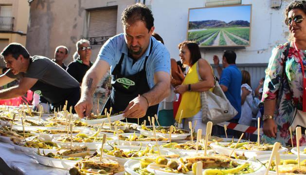 La cita gastronómica ofreció 300 kilos de hortaliza, 5.000 banderillas y 1.200 raciones de tortilla de guindilla a los asistentes.