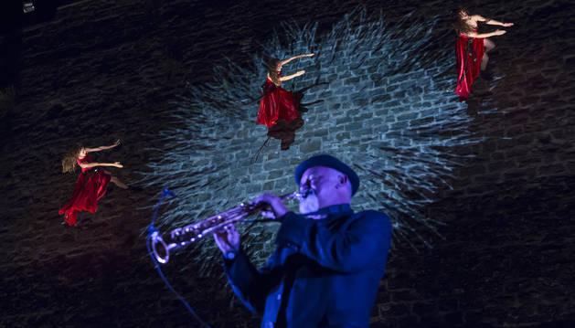 El músico Marco Castelli y las bailarinas en la actuación del viernes.