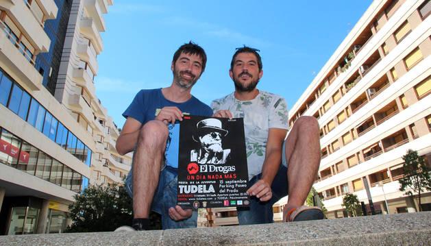 Óscar Villafranca e Iñaki Arriazu posan con el cartel del concierto.